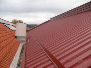 Dach mit Thermoelementen und Schneefang